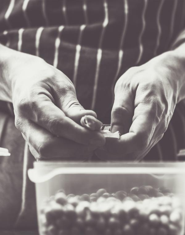 Marco Tozzi Chef di Madé prepara le materie prime