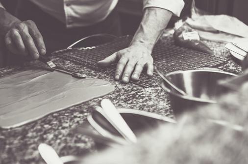 Marco Tozzi chef di Madè prepara le materie prime